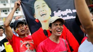 Lao động nhập cư Miến Điện tại Thái Lan vui mừng đóng bà Aung San Suu Kyi.