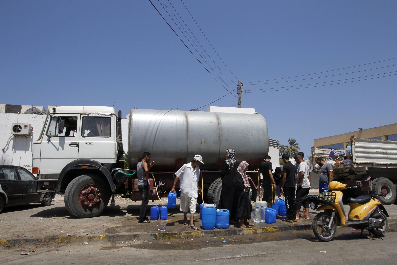 Добровольцы доставляют воду в Триполи