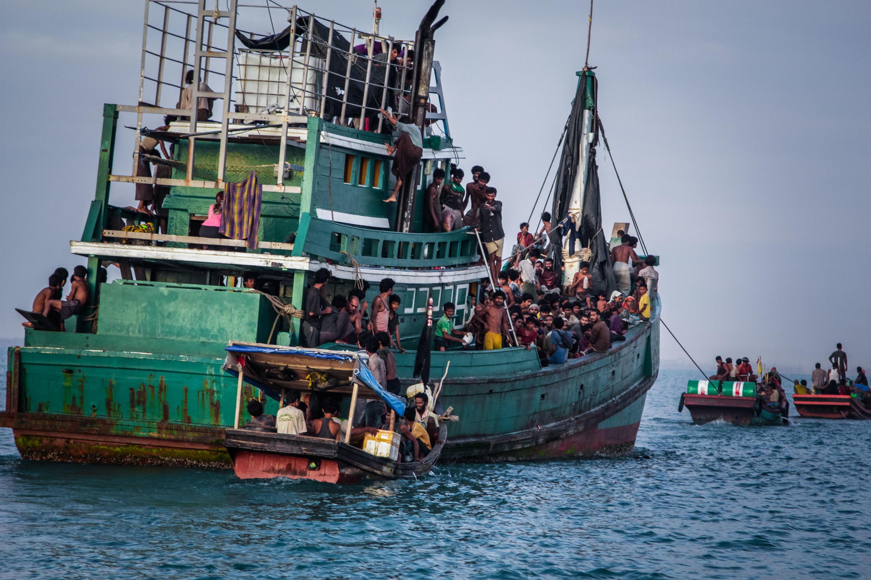 Meli ya wahamiaji wa rohingyas ikiwa katika baharini karibu na pwani ya Indonesia.
