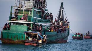 Một thuyền chở đầy thuyền nhân Rohingya ngoài khơi Indonesia.