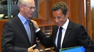 Президент Фрацнии Николя Саркози и президент Европейского союза Херман ван Ромпей перед открытием саммита ЕС в Брюсселе 16 сентября 2010 года