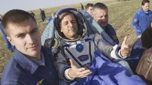 Астронавт Джозеф Акаба (NASA) после приземления 17 сентября 2012, неподалеку от г.Аркалык на Севере Казахстана