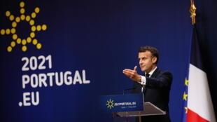 Rais wa Ufaransa Emmanuel Macron katika mkutano na waandishi wa habari kando ya mkutano wa wakuu wa nchi na Serikali wa EU uliofanyika Palacio de Cristal huko Porto, Ureno Mei 8, 2021.