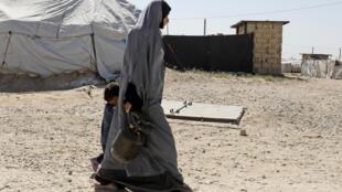 Ảnh minh họa: Một phụ nữ và con trong một trại tạm thời dành cho các thành viên tổ chức Nhà Nước Hồi Giáo, ở Malikiya, phía đông bắc Syria, gần biên giới với Thổ Nhĩ Kỳ.