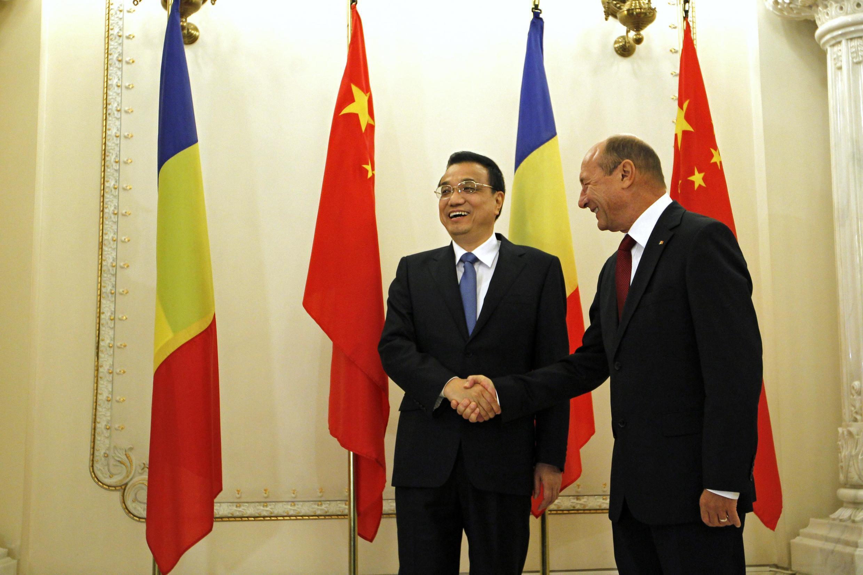 ថ្ងៃ ២៧ វិច្ឆិកា ឆ្នាំ ២០១៣៖ នាយករដ្ឋមន្ត្រីចិន លី ខឺឈាំង ទស្សនកិច្ចរូម៉ានី ត្រូវបានប្រធានាធិបតីរូម៉ានី លោក  Traian Basescu (រូបស្តាំ) ទទាក់ទទួលស្វាគមន៍