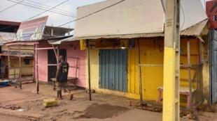 Au marché Taouyah de Conakry, de nombreuses boutiques étaient toujours fermées, le 27 octobre 2020.