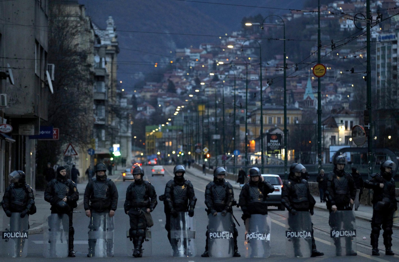 Sarajevo, le 10 février 2014, en fin de journée, des cordons de policiers tentent de contenir les opposants.