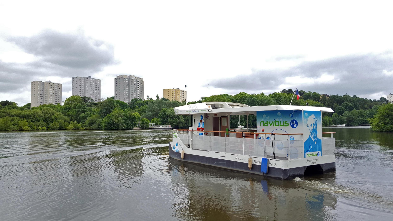 Depuis avril 2018, le bateau électrique qui traverse l'Erdre, dans le quartier universitaire de Nantes, est rechargé par une pile à combustible alimentée par de l'hydrogène.