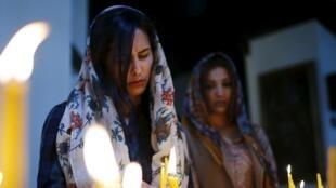 Des femmes allument des cierges en mémoire des victimes du génocide, à Etchmiadzin près d'Erevan le 23 avril 2015.