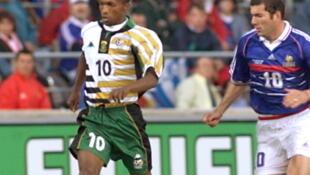 John Moshoeu, qui déborde Zinédine Zidane lors de la Coupe du monde 1998.