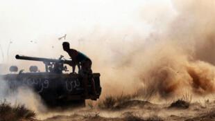 Wapiganaji wa Baraza la Mpito la Taifa Nchini Libya NTC wakiwa kwenye mapambano dhidi ya Askari Watiifu kwa Kanali Gaddafi
