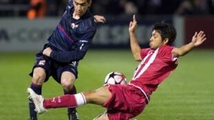 """El argentino """"Chelito"""" Delgado (izquierda) evita el cierre de Trémoulinas. Con él, el Lyon está en semifinales"""