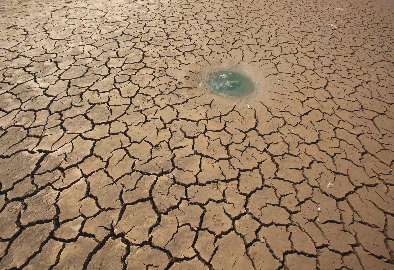 Một cái hồ trên đường bị khô cạn ờ Vân Nam ngày 16/3/2010.
