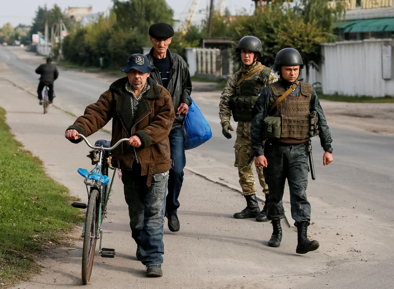 Des membres de la Garde nationale ukrainienne patrouillent à Kalynivka, le 27 septembre 2017.