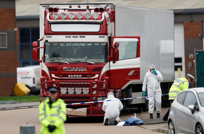 Nhân viên điều tra chung quanh xe tải đông lạnh bên trong có thi thể 39 người Việt, khám phá tại Grays, Anh Quốc.