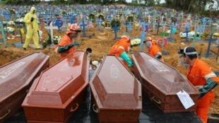 Cemitério de Manaus, caixões de mortos da Covid-19 aguardam espaço para serem enterrados.