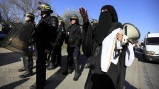 Mulheres muçulmanas tentam se aproximar da casa da mãe de Mohamed Merah para prestar solidariedade, neste domingo.