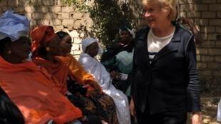 La  députée européenne Eva Joly discute avec des Sénégalaises, à l'occasion du Forum social mondial de Dakar, le 8 février 2011.