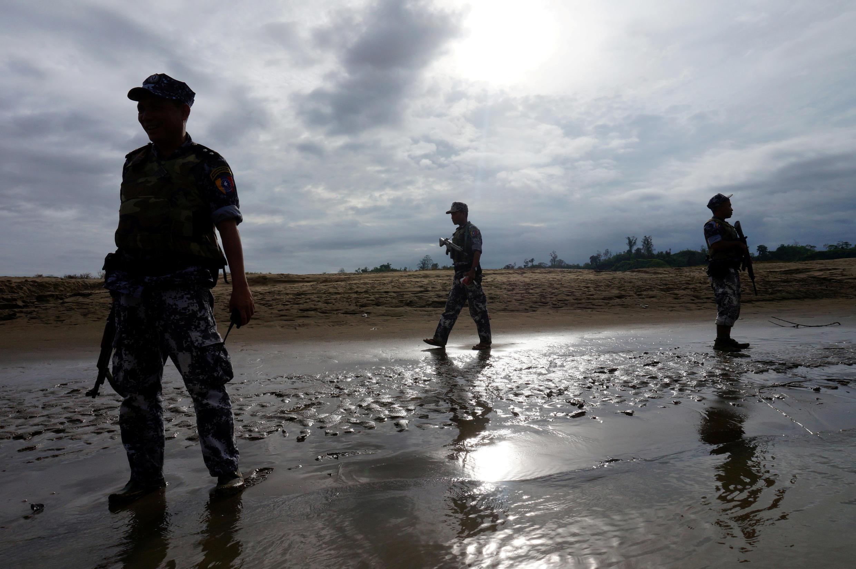 Lính biên phòng tuần tra ở Buthidaung, bang Rakhine. Ảnh 13/07/2017.