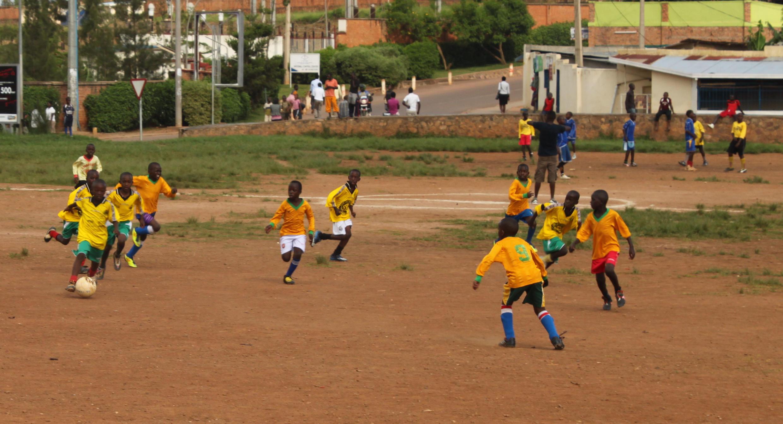 Enfants jouant au football dans le quartier de Gikondo à Kigali, mars 2013.