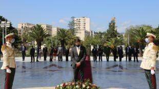 Le secrétaire d'Etat américain à la Défense, Mark Espert, au Mémorial des martyrs de l'indépendance algérienne, le 1er octobre 2020.