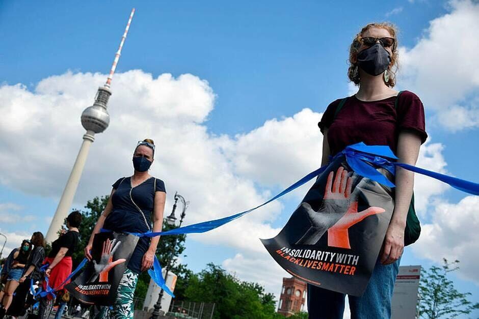 Manifestação em solidariedade ao movimento Vidas Negras Importam (Black Lives Matter) em Berlim, após o assassinato do afroamericano George Floyd.