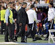 Kocha wa klabu ya Real Madrid Josee Mourinyo akitoka nje ya uwanja.