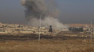 Nuvem de fumaça se forma na cidade de Aleppo, após um bombardeo aéreo no dia 21 de dezembro de 2013.