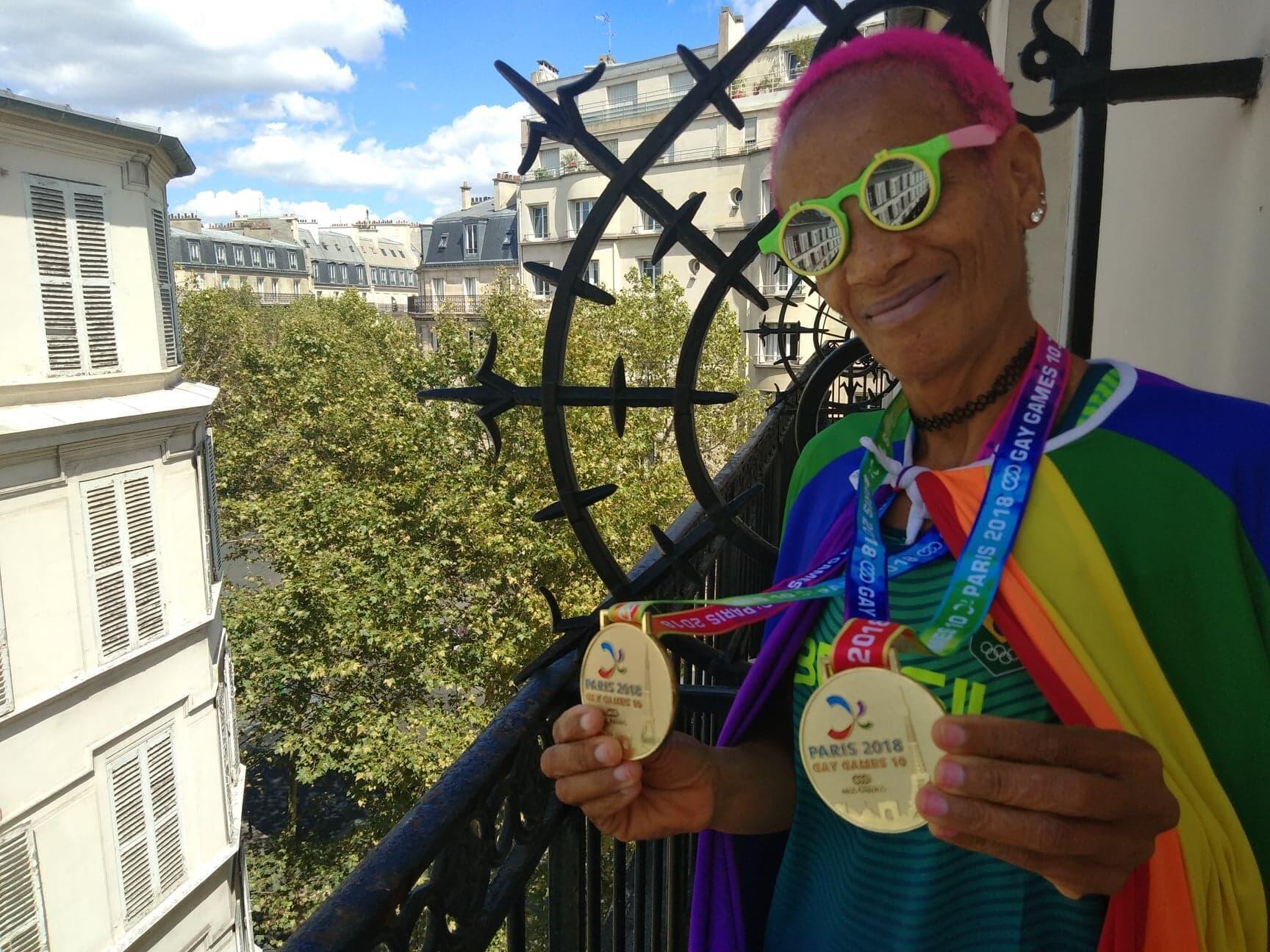 A corredora Ana exibe as duas medalhas de ouro na varanda de seu quarto de hotel, no 12° distrito de Paris; em 10 de agosto de 2018.