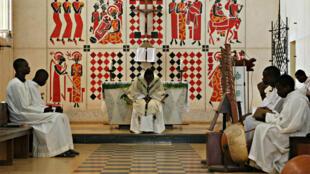 Dans l'église de Keur Moussa, la fresque peinte par le père Georges Saget en 1964 reprend notamment la vie de Marie sur 16 panneaux.