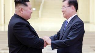 El líder norcoreano Kim Jong-un junto a Chung Eui-yong, consejero de la Seguridad Nacional del presidente surcoreano.