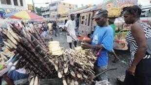 En dépit des tensions et violences causées par les résultats du premier tour de la présidentielle, le commerce reprend à Port-au-Prince, le 13 décembre 2010.