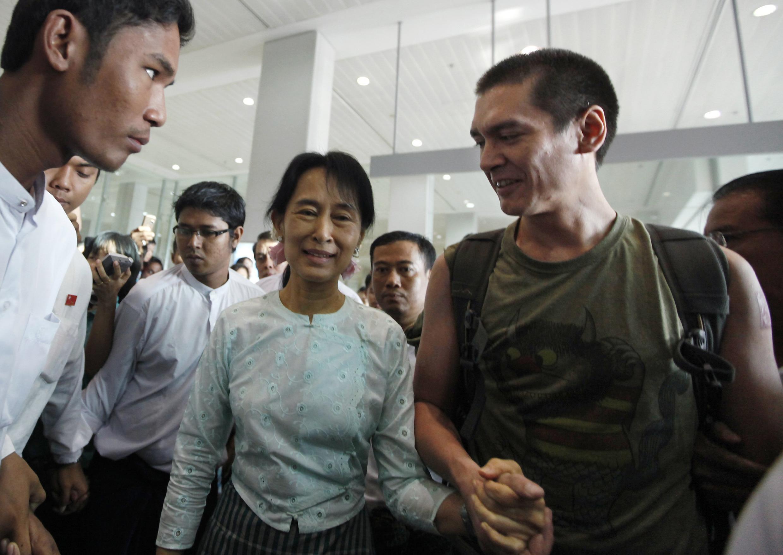 Aung San Suu Kyi et son fils, Kim Aris, main dans la main, à l'aéroport de Rangoon, le 23 novembre 2010.