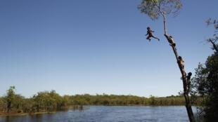 Niños Yawalapiti en el río Xingú, Parque Nacional de Xingú, Estado de Mato Grosso, mayo de 2012