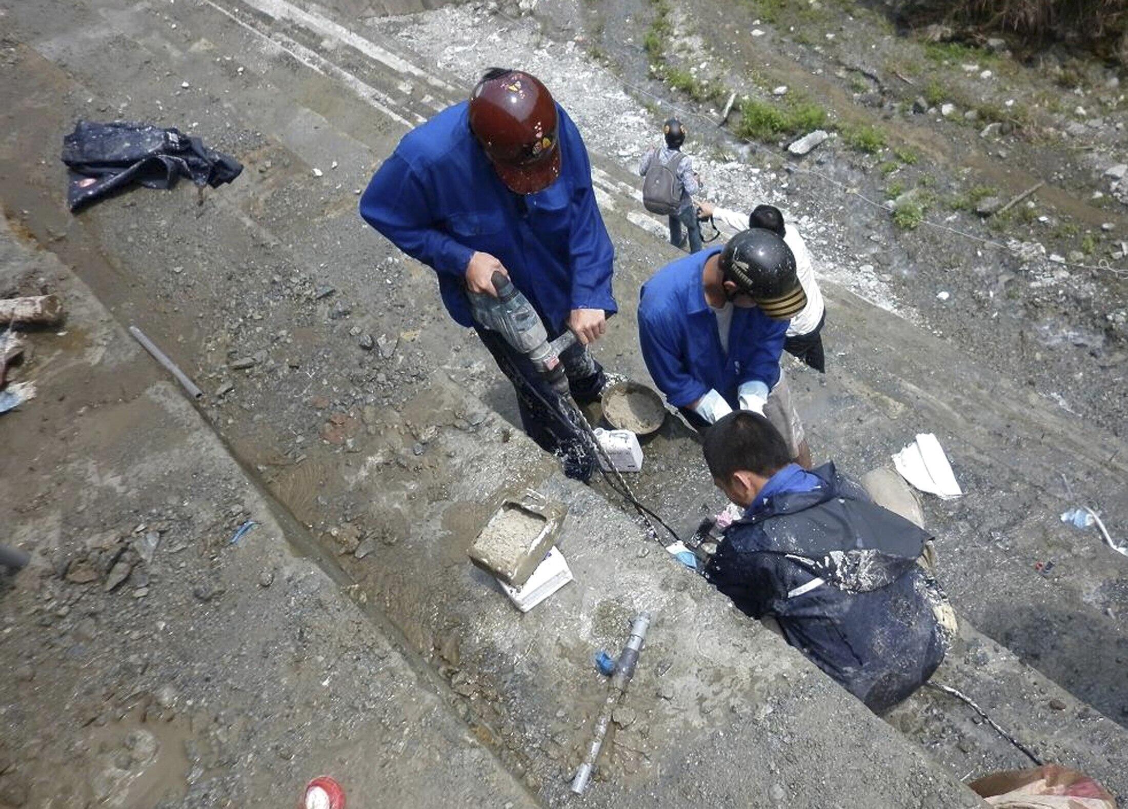 Công nhân đang sửa đập thủy điện Sông Tranh 2 (REUTERS)