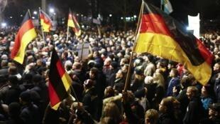 Tại nước Đức, trong những tháng gần đây đã có hàng ngàn người xuống đường phản đối đạo Hồi và người tị nạn, chủ yếu ở Dresden.