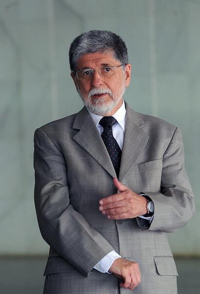 O ministro da defesa, Celso Amorim, visitou estaleiro onde estão sendo construídas partes de submarino brasileiro.