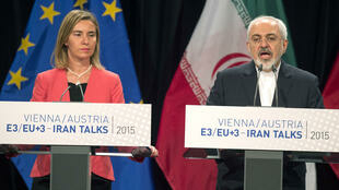 L'officialisation de l'accord sur le nucléaire iranien à Vienne, le 14 juillet 2015, avec le ministre iranien des Affaires étrangères, Mohammad Javad Zarif (d) et la chef de file de la diplomatie européenne, Federica Mogherini.