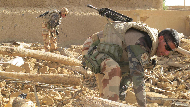 Des soldats français et maliens fouillent les décombres d'une maison explosée dans le centre-ville de Gao, le 2 avril 2015. Des détonateurs, des explosifs et des téléphones portables reliés à des fils ont notamment été retrouvés dans les gravats.