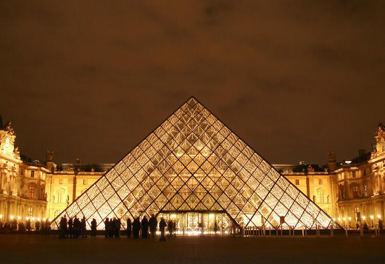 La pirámide del Louvre.