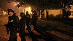 Une patrouille de police anti-émeute dans le quartier du Chaudron à Saint-Denis de la Réunion, le 23 février 2012