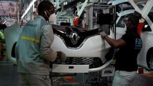 Des ouvriers de Renault assemblent une voiture dans l'usine de Flins le 6 mai 2020.