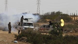 Повстанцы ведут огонь по войскам Каддафи в 120 км к востоку от г. Сирта 28/03/2011