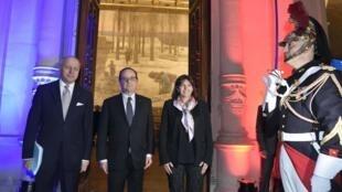 Франсуа Олланд в окружении министра иностранных дел Лорана Фабиуса и мэра Парижа Анн Идальго перед совещанием мэров европейских столиц по климату в мэрии Парижа 26/03/2015