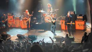 گروه راک  Eagles of Death Metal هنگام اجرای کنسرت در Bataclan قبل از حمله تروریستها به داخل سالن. ١٣ نوامبر ٢٠١۵