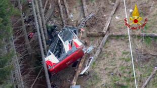 Equipos de rescate trabajan en la cabina del teleférico accidentada el 23 de mayo de 2021 en Stresa, al norte de Italia, una imagen aérea tomada por los bomberos italianos y divulgada el 24 de mayo