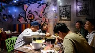 Món lẩu rất được ưa thích ở Hồng Kông, nhưng nay ế ẩm sau tin 10 người trong cùng gia đình bị nhiễm virus corona khi cùng ăn lẩu.