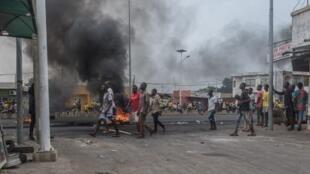 Des manifestants se rassemblent jeudi 2 mai 2019 dans les rues du quartier Cadjéhoun, où le domicile de l'ex-président Boni Yayi avait été encerclé la veille par la police.