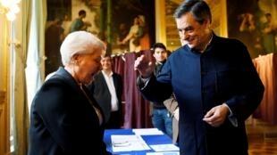 Франсуа Фийон в излюбленной «куртке егеря»: избиратели в восторге