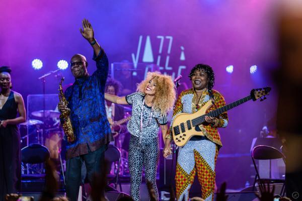 Manu Dibango en compagnie de Flavia Coelho et Manou Gallo, le 12 juillet 2019, au festival Jazz à Vienne en France.